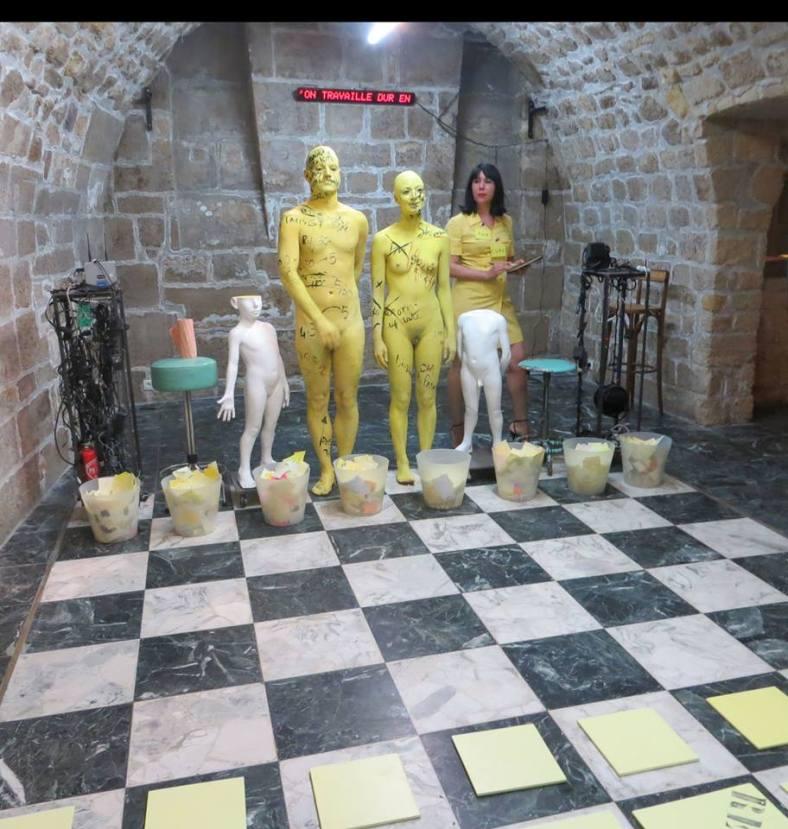 """Le roi, la reine, la spy lors de la performance galerie Talmart """" le Duel"""""""